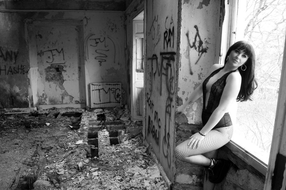 Midleton, Glamour, photoshoot, lingerie, sexy, abandoned house, alternative, black and white