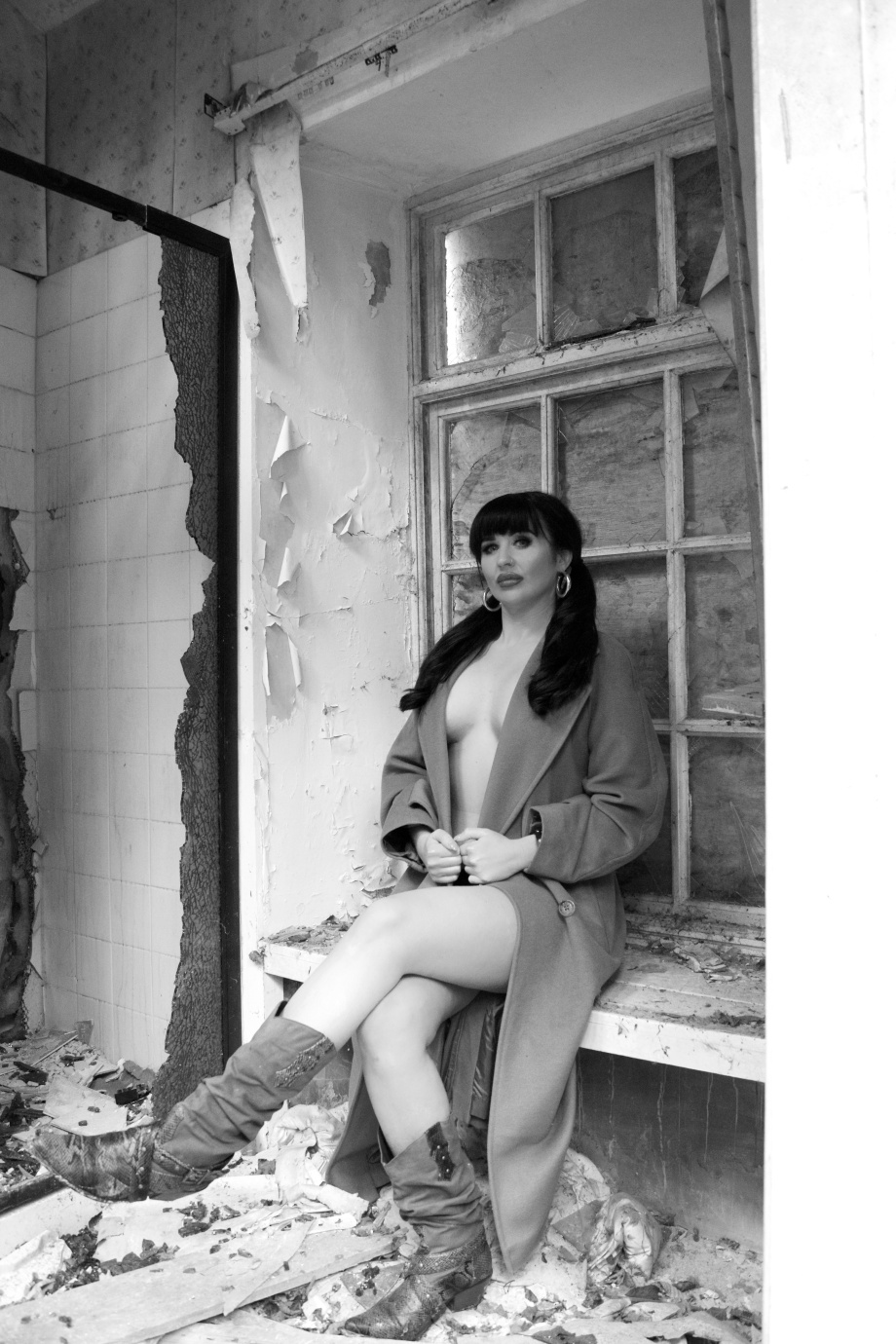 Midleton, Glamour, photoshoot, lingerie, sexy, abandoned house, alternative, tattoos, black and white