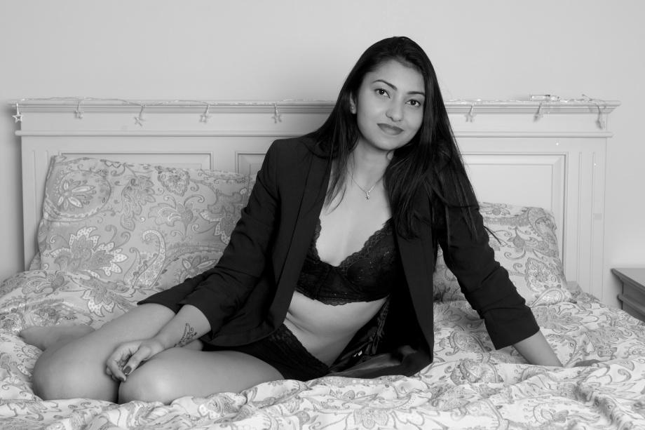 boudoir, cork, ireland, glamour, model, photoshoot, homeshoot, sexy, black and white, lingerie