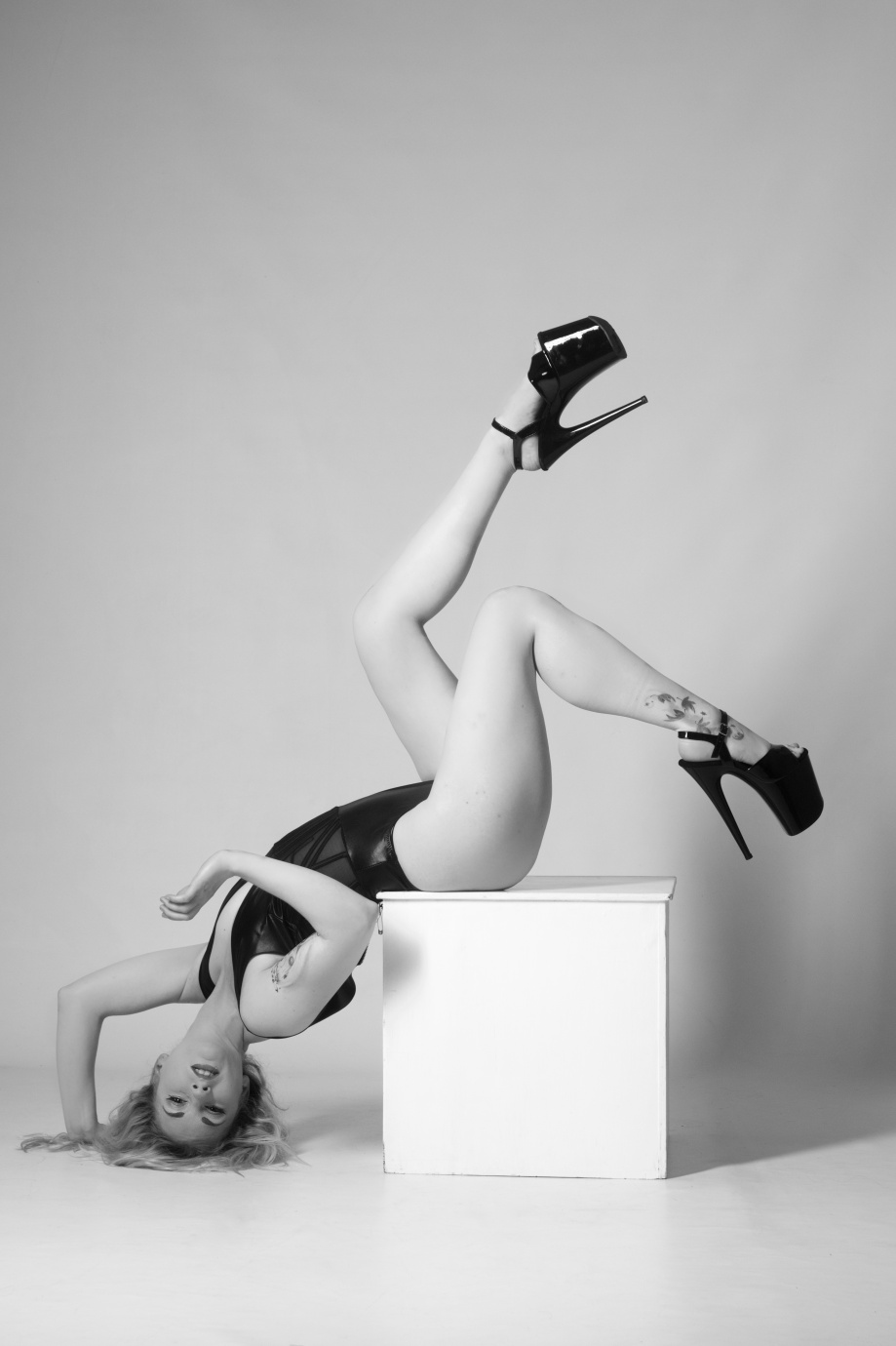 cork, ireland, glamour photography, die baroness, jenny schmiedel, black and white, studio shoot, boudoir, hair, pole performer, blonde, legs